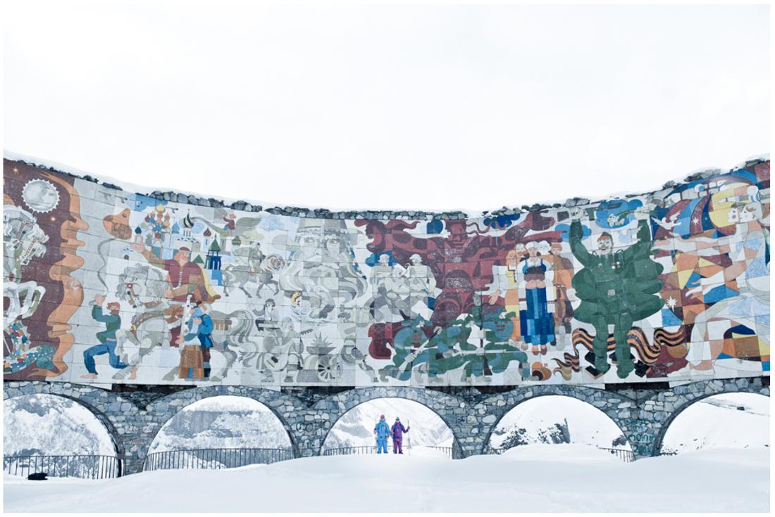Панорама Гудаури или обзорная площадка - памятник дружбы грузинского и русского народов, построенный в советское время, 1987 году
