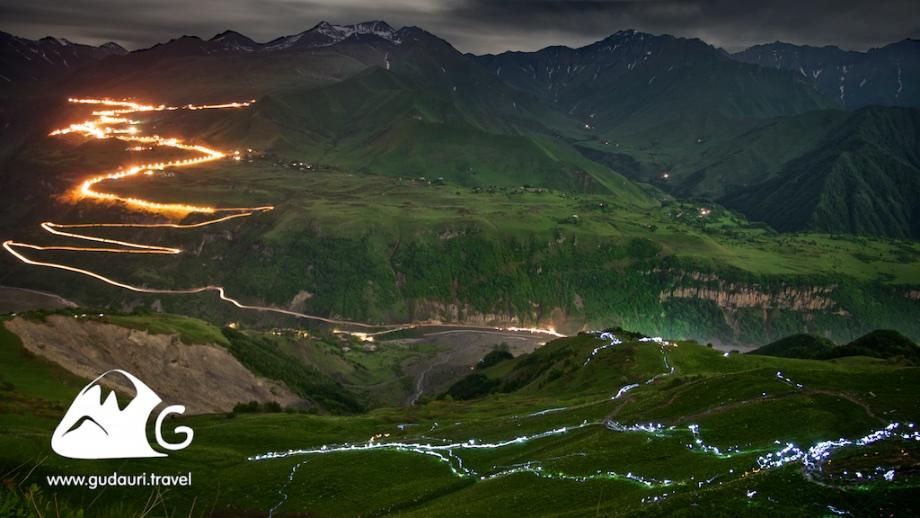 Паломники поднимаются в монастырь Ломиси ночью при свете фонарей