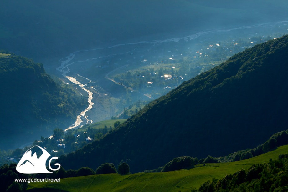 Вид на ущелье Арагви возле Гудаури.